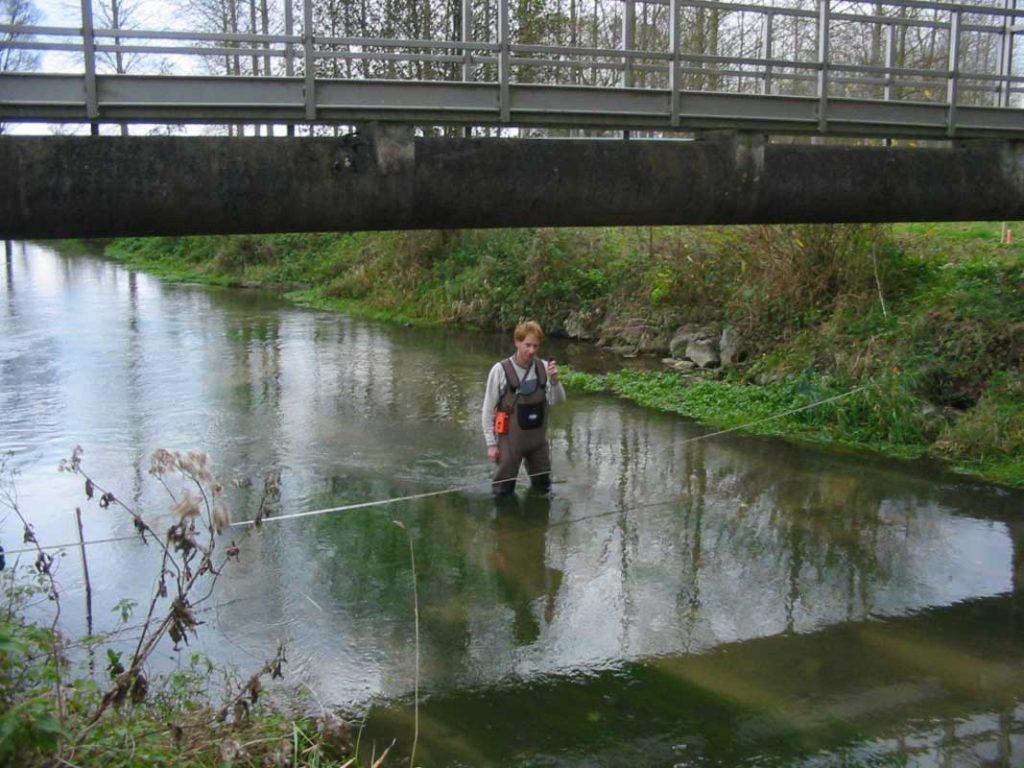 hydrogeologie-sondage-mesure-a-pied©calligee